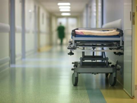 В Ярославской области врачи уронили с каталки пожилую женщину, которая скончалась