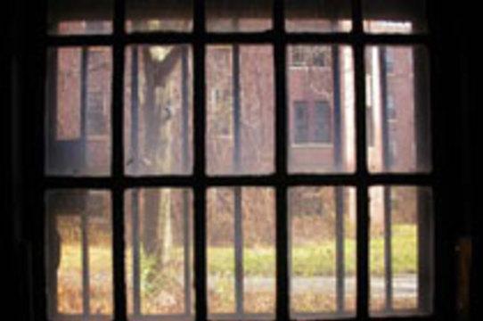 Решетки на окнах психбольниц заменят [непробиваемыми стеклами]