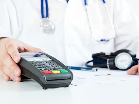 Россияне все меньше доверяют поликлиникам и все больше тратят на платную медицину