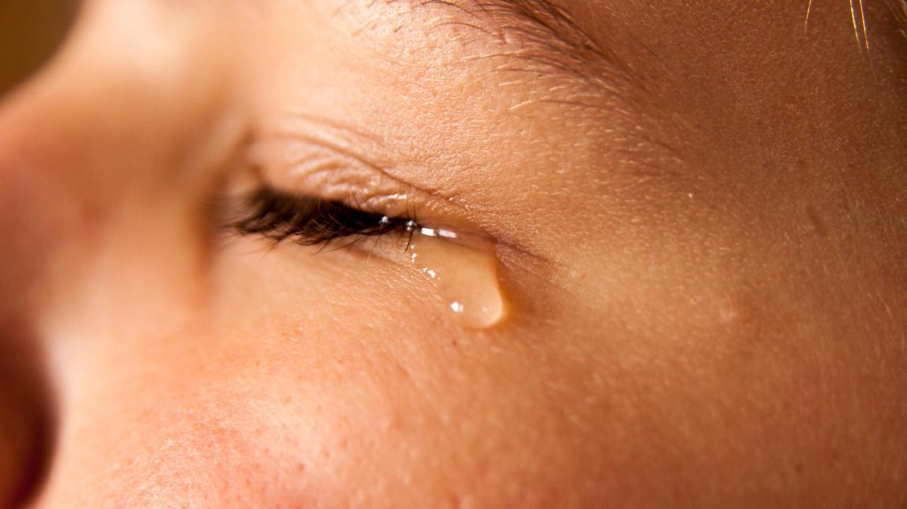 Слезы пациентов с COVID-19 могут быть источником заражения