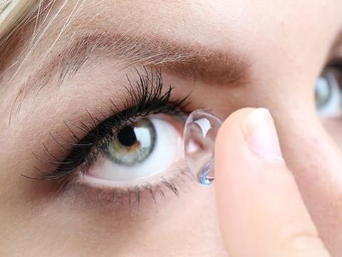 Ношение контактных линз меняет микрофлору глаз