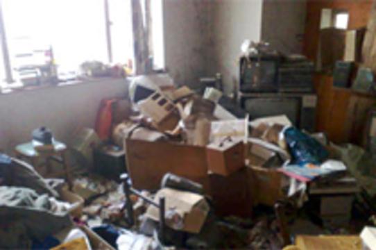 Сотрудник британской скорой помощи отказался [заходить в захламленный дом умирающего]