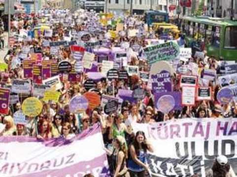 Турецкие женщины [вышли на акцию протеста в защиту права на аборт]