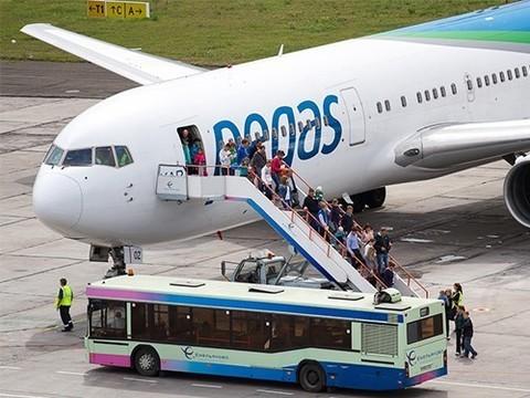 Две студентки медвуза приняли роды на борту самолета