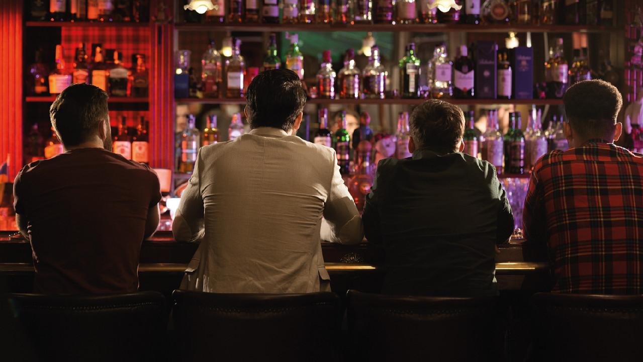 Предупредить заражение COVID-19 в барах практически невозможно, подтвердило исследование