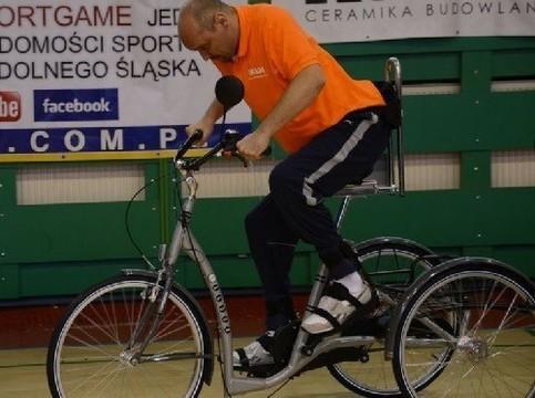 Мужчина, парализованный после удара ножом в спину, снова может ездить на велосипеде