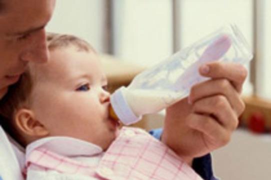 Пластиковые детские бутылочки могут [ускорить половое созревание и вызвать рак]