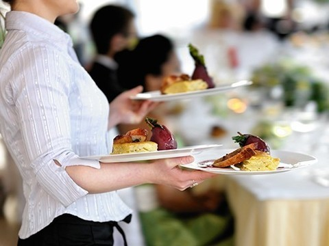 Работа официантки признана одной из самых опасных для здоровья