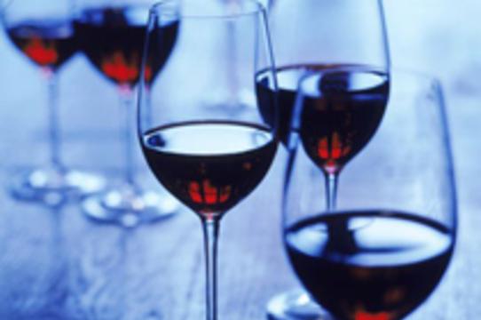 Целебному компоненту красного вина нашли [более эффективную замену]