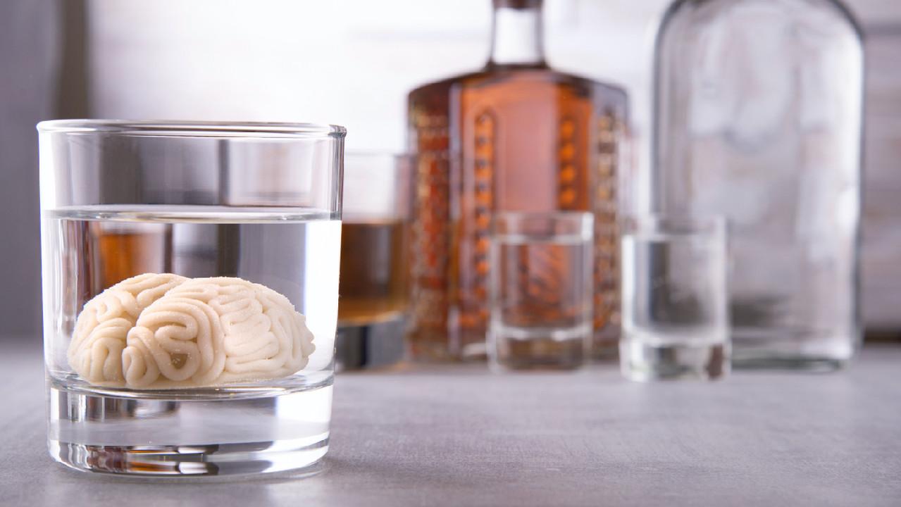 Мозг перерабатывает алкоголь почти как печень. И страдает от этого